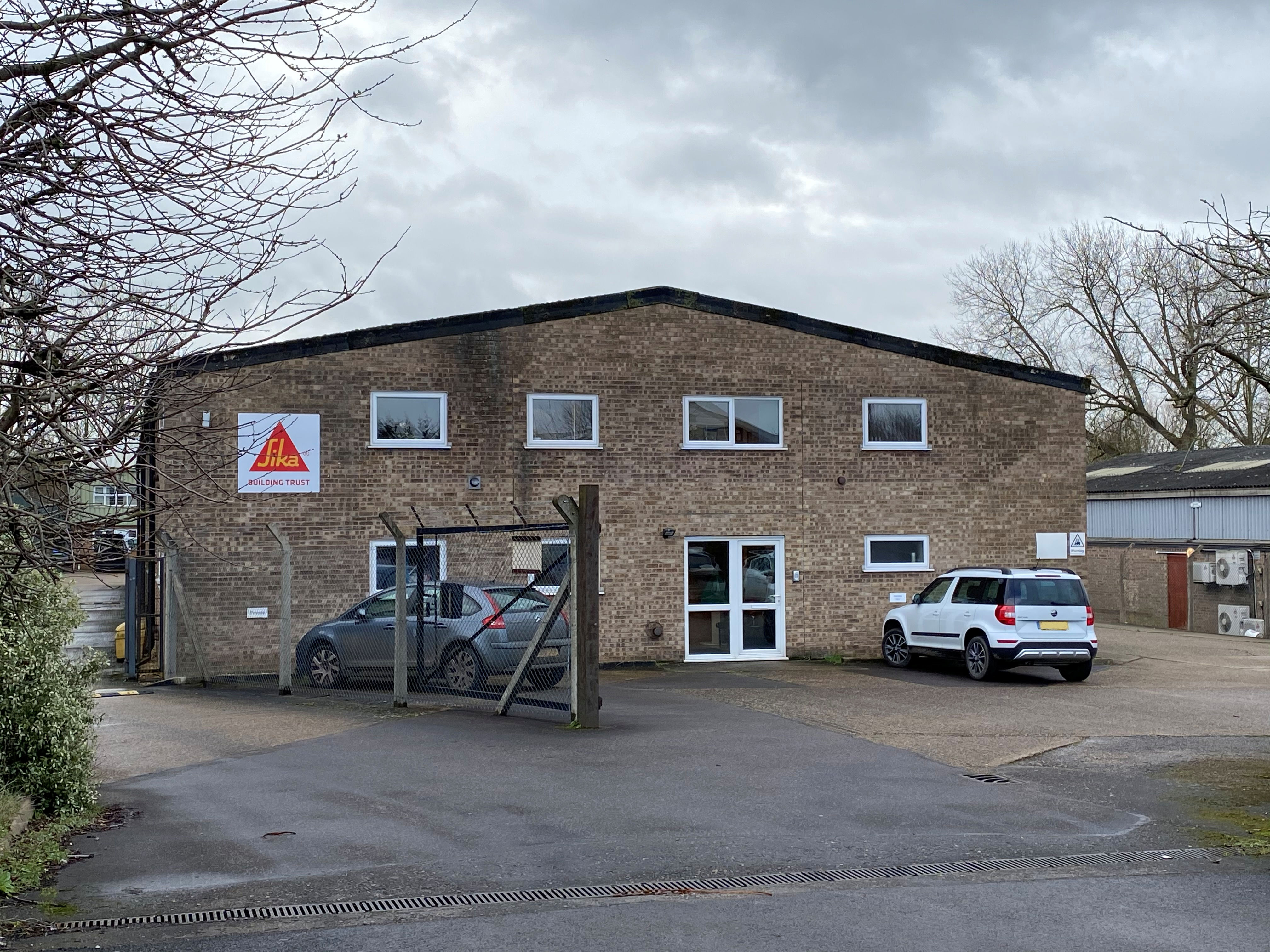 WAREHOUSE ON BUSY NEWMARKET ESTATE TO LET